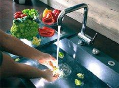 Овощи моют под струёй воды
