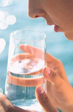 Женщина со стаканом питьевой воды